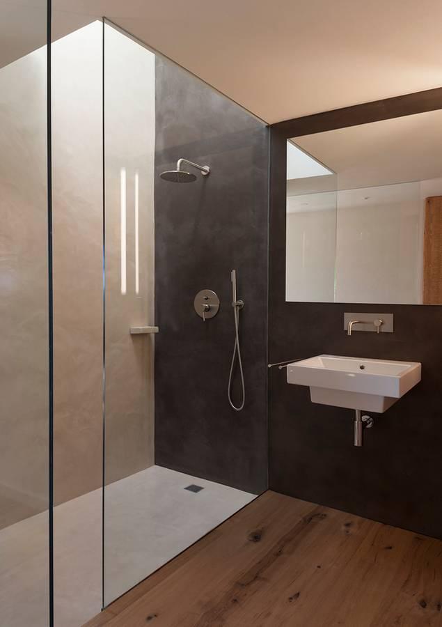 Baños Con Tina De Cemento:Paredes y plato de ducha recubiertos con cemento pulido en dos